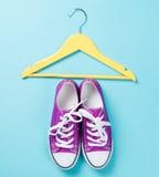 Chaussures en caoutchouc avec les dentelles blanches et le cintre jaune Image stock