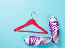Chaussures en caoutchouc avec les dentelles blanches et le cintre rouge Photographie stock