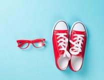 Chaussures en caoutchouc avec les dentelles et les verres blancs Image libre de droits