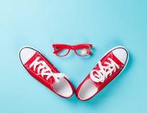 Chaussures en caoutchouc avec les dentelles et les verres blancs Photographie stock