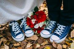 Chaussures en caoutchouc d'automne de feuilles d'anneaux de mariage de détails image stock