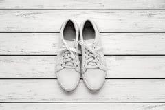 Chaussures en caoutchouc de cuir blanc Photographie stock libre de droits