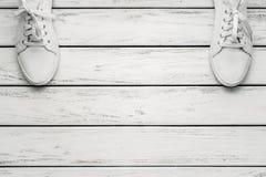 Chaussures en caoutchouc de cuir blanc Photographie stock