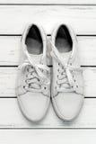 Chaussures en caoutchouc de cuir blanc Photo stock