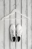Chaussures en caoutchouc de cuir blanc Image libre de droits