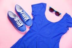 Chaussures en caoutchouc, lunettes de soleil et robe Images stock