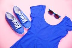 Chaussures en caoutchouc, lunettes de soleil et robe Photos libres de droits