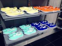 Chaussures en caoutchouc occasionnels sur l'étagère dans le magasin de mode Image stock