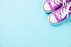 Chaussures en caoutchouc pourpres avec les dentelles blanches Photo stock