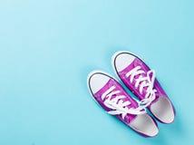 Chaussures en caoutchouc pourpres avec les dentelles blanches Photographie stock libre de droits