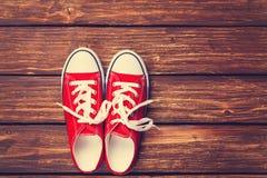 Chaussures en caoutchouc rouges avec les dentelles blanches Photographie stock