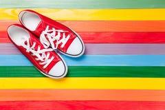 Chaussures en caoutchouc rouges avec les dentelles blanches Images libres de droits