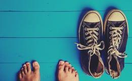 Chaussures en caoutchouc sales sur le fond en bois bleu Images stock