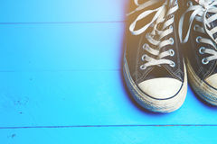 Chaussures en caoutchouc sales sur le fond en bois bleu Photographie stock libre de droits