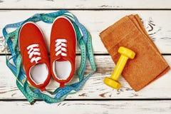 Chaussures en caoutchouc, serviette et haltères Image libre de droits