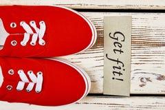 Chaussures en caoutchouc sur la surface en bois Photographie stock libre de droits
