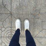Chaussures en caoutchouc sur le fond grunge urbain Image conceptuelle des jambes Image libre de droits