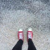 Chaussures en caoutchouc sur le fond grunge urbain Image des jambes dans les bottes sur la rue de ville Pieds de chaussures march Images stock