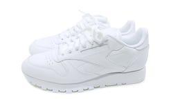 Chaussures en cuir blanches, espadrilles sur le fond blanc Photographie stock
