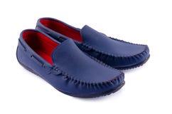 Chaussures en cuir bleues pour l'homme d'isolement sur un blanc Photos stock