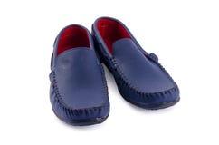 Chaussures en cuir bleues pour l'homme d'isolement sur un blanc Photo stock