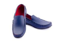 Chaussures en cuir bleues pour l'homme d'isolement sur un blanc Images stock