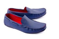 Chaussures en cuir bleues pour l'homme d'isolement sur un blanc Image libre de droits