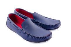 Chaussures en cuir bleues pour l'homme d'isolement sur un blanc Image stock