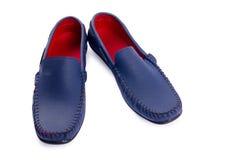 Chaussures en cuir bleues pour l'homme d'isolement sur un blanc Images libres de droits