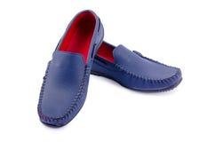 Chaussures en cuir bleues pour l'homme d'isolement sur un blanc Photographie stock libre de droits