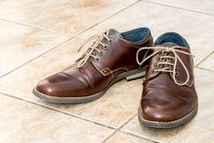 Chaussures en cuir brunes du ` s d'hommes de mode Photographie stock libre de droits