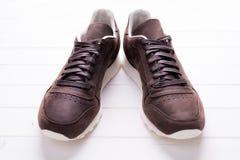 Chaussures en cuir de Brown avec des dentelles sur le fond en bois Image stock