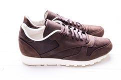 Chaussures en cuir de Brown avec des dentelles sur le fond en bois Images stock
