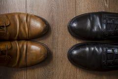 Chaussures en cuir de Brown sur un plancher en bois Photographie stock