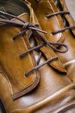 Chaussures en cuir de Brown sur un plancher en bois Image libre de droits