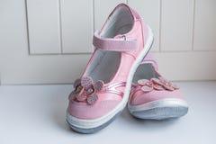 Chaussures en cuir de fille Le cuir rose badine des sandales isoalted sur le fond blanc Chaussure moderne d'espadrilles du ` s d' Image libre de droits
