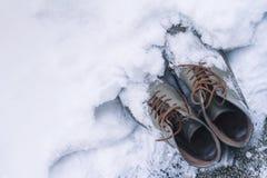 Chaussures en cuir de vintage couvertes dans la neige Photos libres de droits