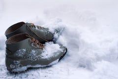 Chaussures en cuir de vintage couvertes dans la neige Images libres de droits