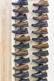 Chaussures en cuir du ` s d'hommes sur l'étagère dans le magasin Photographie stock libre de droits