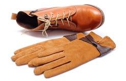 Chaussures en cuir féminines et gants sur le fond blanc Image libre de droits