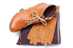 Chaussures en cuir féminines, gants et vêtements sur le fond blanc Photo libre de droits
