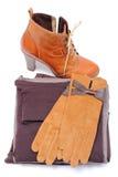 Chaussures en cuir féminines, gants et vêtements sur le fond blanc Images stock