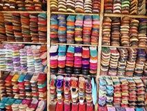 Chaussures en cuir faites main à vendre à Fez, Maroc Images libres de droits