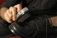 Chaussures en cuir formelles de polissage Photographie stock libre de droits