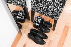 Chaussures en cuir se reflétant dans le miroir Photos libres de droits
