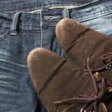 Chaussures en cuir sur la culotte de treillis Photographie stock