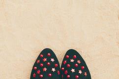 Chaussures en gros plan de femme mises sur le sable Image libre de droits