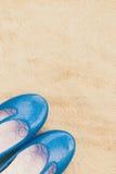 Chaussures en gros plan de femme mises sur le sable Photos stock