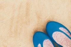 Chaussures en gros plan de femme mises sur le sable Photographie stock