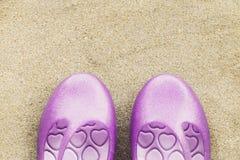Chaussures en gros plan de femme mises sur le sable Images stock